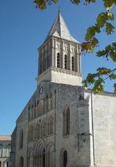 Eglise paroissiale Saint-Gervais et Saint-Protais - Français:   L\'église Saint-Gervais-Saint-Protais de Jonzac
