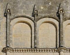 Eglise paroissiale Saint-Gervais et Saint-Protais - Français:   Arcature aveugle et pinacles, façade de l\'église de Jonzac, Charente-Maritime, France.