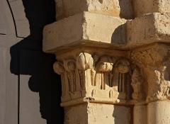 Eglise paroissiale Saint-Gervais et Saint-Protais - Français:   Chapiteau situé à droite du portail de l\'église Saint-Gervais-Saint-Protais (XIIe siècle), Jonzac, Charente-Maritime, France.