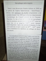 Eglise paroissiale Saint-Gervais et Saint-Protais - English: Jonzac, church Saint-Gervais-et-Saint-Protais, info tablet about the Merovingian stone sarcophagi uncovered in 2008/09 under the church plaza