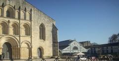 Eglise paroissiale Saint-Gervais et Saint-Protais - English:   square in front of the Saint Gervais Saint Protais church, with the market place in the back. Jonzac, Charente-Maritime (17), France