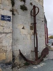 Slip way - Vieux port de La Rochelle, au pied de la tour Saint-Nicolas, ancre ancienne érodée