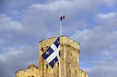 Slip way - Le drapeau du Québec flottant sur l' Esplanade Saint-Jean d' Acre en l'honneur des relations historiques entre La Rochelle et le Québec. Ce drapeau est appelé le Fleurdelisé.    La Rochelle, Charente Maritime, France.