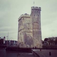 Slip way - Español: Entrada al puerto de La Rochelle, una pequeña ciudad situada en la costa oeste de Francia, al norte de la Gironde, con una población de unos 100.000 habitantes, se valora como uno de los centros más atractivos entre las costas de Bretaña y el golfo de Gascuña.