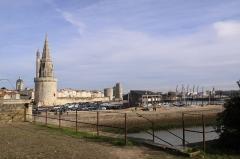 Slip way - L' esplanade et le parking Saint-Jean d' Acre ont pris la place des chantiers de construction navale. Le bâtiment en bois, sur la droite, fait partie du centre nautique qui regroupe plusieurs associations d' école de voile.    La Rochelle, Charente Maritime, France.