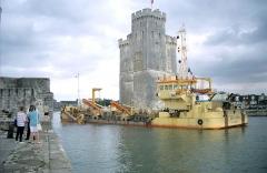 Slip way - Le bateau dragueur «Cap d'Aunis» en train de draguer l'avant-port de La Rochelle en septembre 2000. Ce bateau de service a été construit en 1989. IMO  8871649. La Rochelle, Charente-Maritime, France.