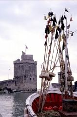 Slip way - La tour Saint-Nicolas formant partie de l'entrée du port de La Rochelle. Au premier plan, la photographie représente un bouquet de bouées de balisage de matériel de pêche (filets, casiers à crustacés) sur un chalutier/fileyeur. La Rochelle, Charente Maritime, France.