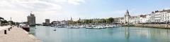 Slip way - Le port, la tour Saint-Nicolas, la tour de la Chaîne et la porte de la grosse Horloge. La Rochelle (Charente-Maritime, Nouvelle-Aquitaine, France).
