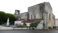 Eglise Saint-Martin - Français:   Le monument aux morts et l\'église Saint-Martin à Aujac, en Charente-Maritime.