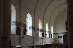 Eglise Saint-Pierre - Deutsch: Katholische Kirche Saint-Pierre in Soubise im Département Charente-Maritime (Nouvelle-Aquitaine/Frankreich); Trauerbänder (litres funéraires) an der Innenwand