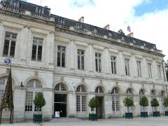 Ancien palais archiépiscopal, devenu Hôtel de ville - Français:   Bourges - Palais archiépiscopal - Façade vers la cathédrale