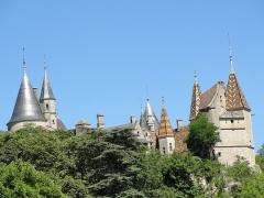 Domaine du château de La Rochepot -  Château de La Rochepot, Côte d'Or. Sorti de terre au XIIIe s. et ouvert au public, il appartient à la famille Carnot depuis le XIXe.
