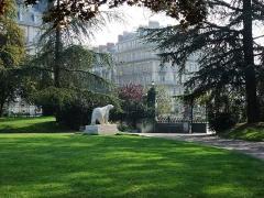 Réservoir Darcy et jardin Darcy, y compris ses clôtures et la fontaine de la Jeunesse - English: Jardin Darcy in Dijon, Burgundy, France