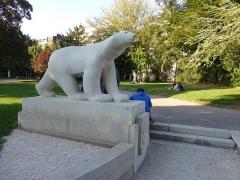 Réservoir Darcy et jardin Darcy, y compris ses clôtures et la fontaine de la Jeunesse - Réplique de l'Ours blanc de François Pompon, Jardin Darcy à Dijon.