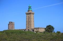 Phares du Cap Fréhel - Deutsch: Leuchttürme des Cap Fréhel, eine Landzunge mit steil abfallenden Klippen mit einer Höhe von ca. 70 Metern. Der ältere Leuchtturm aus dem 17. Jahrhundert wurde im Jahre 1950 durch einen Neuen ersetzt.