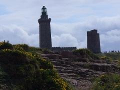 Phares du Cap Fréhel -  Cap Frehel, links: Leuchtturm Cap Frehel - 85 m hoch - Baujahr 1950 und rechts: Leuchtturm am Cap Frehel im 17. Jahrhundert vom Baumeister Vauban erbaut.