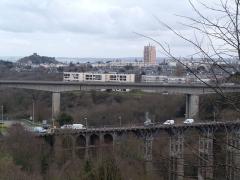 Viaduc de Toupin - Français:   Au 1er plan: le viaduc de Toupin en réparation Au 2nd plan: le viaduc du Gouédic; En arrière-plan à gauche, la tour de Cesson; Au fond, la baie de Saint-Brieuc et le \