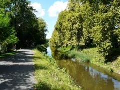 Canal de Lalinde (aqueduc du port de Lanquais) - Français:   Le canal de Lalinde juste en aval de l\'écluse de la Borie-Basse à Baneuil, Dordogne, France. Ce tronçon fait partie de l\'aqueduc du port de Lanquais.