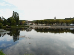 Canal de Lalinde (écluse, y compris l'aqueduc et le canal de communication des biefs, le pont supérieur qui lui fait suite et le bassin de chargement avec sa cale de radoub) - Français:   Le bassin de chargement du canal de Lalinde, Lalinde, Dordogne, France.