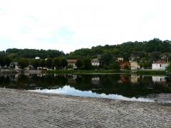 Canal de Lalinde (écluse, y compris l'aqueduc et le canal de communication des biefs, le pont supérieur qui lui fait suite et le bassin de chargement avec sa cale de radoub) - Français:   Le bassin de chargement du canal de Lalinde, Lalinde, Dordogne, France. Au premier plan, la cale pavée pour le radoub.