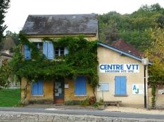 Canal de Lalinde (écluse, y compris l'aqueduc et le canal de communication des biefs, le pont supérieur qui lui fait suite et le bassin de chargement avec sa cale de radoub) - Français:   L\'ancienne maison éclusière de l\'écluse de Lalinde, Lalinde, Dordogne, France.