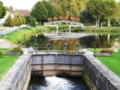 Canal de Lalinde (écluse, y compris l'aqueduc et le canal de communication des biefs, le pont supérieur qui lui fait suite et le bassin de chargement avec sa cale de radoub) - Français:   L\'écluse de Lalinde vue depuis l\'aval, Lalinde, Dordogne, France.