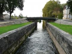 Canal de Lalinde (écluse, y compris l'aqueduc et le canal de communication des biefs, le pont supérieur qui lui fait suite et le bassin de chargement avec sa cale de radoub) - Français:   L\'écluse de Lalinde et le canal de Lalinde vus depuis l\'amont, Lalinde, Dordogne, France.
