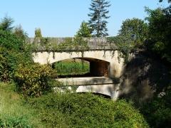 Canal de Lalinde (aqueduc et pont-déversoir de la Tuilerie de Villeneuve) - Français:   Ouvrage d\'art du canal de Lalinde: le pont-déversoir de la Tuilerie de Villeneuve, Lalinde, Dordogne, France.