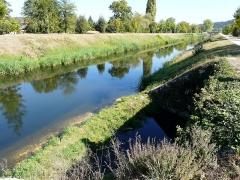 Canal de Lalinde (aqueduc et pont-déversoir de la Tuilerie de Villeneuve) - Français:   Le canal de Lalinde au niveau du déversoir de la Tuilerie de Villeneuve (au premier plan sur la droite), Lalinde, Dordogne, France.