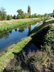 Canal de Lalinde (aqueduc et pont-déversoir de la Tuilerie de Villeneuve) - Français:   Le canal de Lalinde au niveau du déversoir de la Tuilerie de Villeneuve (sur la droite), Lalinde, Dordogne, France.