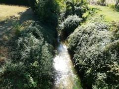 Canal de Lalinde (aqueduc et pont-déversoir de la Tuilerie de Villeneuve) - Français:   Le ruisseau de Drayaux juste en contrebas du pont-déversoir de la Tuilerie de Villeneuve, Lalinde, Dordogne, France.