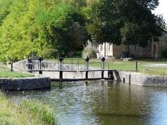 Canal de Lalinde (groupe des écluses, y compris le bassin de croisement, ponts supérieur et inférieur, façades et toitures des maisons éclusières aval et amont, lieudit Tuilières) - Français:   La porte d\'écluse la plus en amont, groupe d\'écluses de Tuilières sur le canal de Lalinde, Mouleydier, Dordogne, France. Sur la droite, la maison éclusière amont.