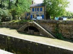 Canal de Lalinde (groupe des écluses, y compris le bassin de croisement, ponts supérieur et inférieur, façades et toitures des maisons éclusières aval et amont, lieudit Tuilières) - Français:   La maison éclusière aval du groupe d\'écluses de Tuilières sur le canal de Lalinde, Mouleydier, Dordogne, France.