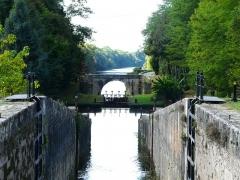 Canal de Lalinde (groupe des écluses, y compris le bassin de croisement, ponts supérieur et inférieur, façades et toitures des maisons éclusières aval et amont, lieudit Tuilières) - Français:   Le groupe d\'écluses de Tuilières sur le canal de Lalinde, Mouleydier, Dordogne, France. La ligne d\'arbres au-delà de la Dordogne se trouve sur la commune de Saint-Agne.
