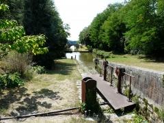 Canal de Lalinde (groupe des écluses, y compris le bassin de croisement, ponts supérieur et inférieur, façades et toitures des maisons éclusières aval et amont, lieudit Tuilières) - Français:   Le groupe d\'écluses de Tuilières sur le canal de Lalinde, Mouleydier, Dordogne, France. Au fond, le pont aval.