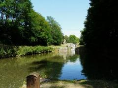 Canal de Lalinde (groupe des écluses, y compris le bassin de croisement, ponts supérieur et inférieur, façades et toitures des maisons éclusières aval et amont, lieudit Tuilières) - Français:   Le bassin de croisement au milieu du groupe d\'écluses de Tuilières sur le canal de Lalinde, Mouleydier, Dordogne, France.