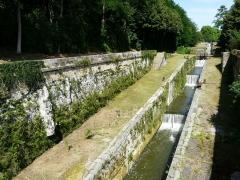 Canal de Lalinde (groupe des écluses, y compris le bassin de croisement, ponts supérieur et inférieur, façades et toitures des maisons éclusières aval et amont, lieudit Tuilières) - Français:   Le groupe d\'écluses de Tuilières sur le canal de Lalinde, Mouleydier, Dordogne, France.