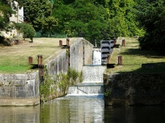 Canal de Lalinde (groupe des écluses, y compris le bassin de croisement, ponts supérieur et inférieur, façades et toitures des maisons éclusières aval et amont, lieudit Tuilières) - Français:   Les trois écluses amont du groupe d\'écluses de Tuilières sur le canal de Lalinde, Mouleydier, Dordogne, France.