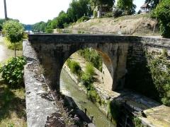Canal de Lalinde (groupe des écluses, y compris le bassin de croisement, ponts supérieur et inférieur, façades et toitures des maisons éclusières aval et amont, lieudit Tuilières) - Français:   Le pont aval du groupe d\'écluses de Tuilières sur le canal de Lalinde, Mouleydier, Dordogne, France.