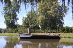 Canal de Lalinde (bassin de stationnement, y compris sa cale pavée) - Français:   La gabarre Henri Gonthier amarrée dans le bassin de stationnement du canal de Lalinde, Saint-Capraise-de-Lalinde, Dordogne, France.