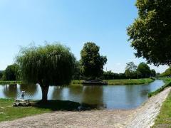 Canal de Lalinde (bassin de stationnement, y compris sa cale pavée) - Français:   Le bassin de stationnement du canal de Lalinde et sa cale pavée, Saint-Capraise-de-Lalinde, Dordogne, France.
