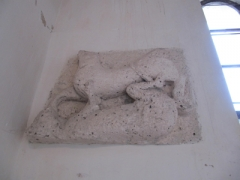Eglise Saint-Méard - English:   Romanesque carving of Animals in combat in the porch