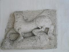 Eglise Saint-Méard - Français:   Bas-relief du XIIe siècle représentant le combat de deux animaux, église Saint-Méard, Saint-Méard-de-Drône, Dordogne, France.