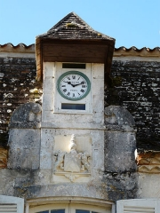 Château de Pouthet - Français:   Horloge sur la façade nord du château de Pouthet, Eymet, Dordogne, France.