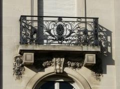 Hôtel Brou de Laurière - Français:   Balcon et clé d\'arc de fenêtre, hôtel Brou de Laurière, Périgueux, Dordogne, France.