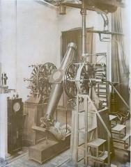 Observatoire - English: La lunette méridienne de l'observatoire de Besançon (Doubs, France), certainement à la fin du 19e siècle.