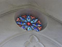 Collégiale Sainte-Croix - Vitrail d'une petite rosace en hauteur dans la collégiale Sainte Croix de Montélimar.