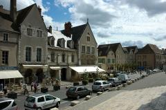 Maisons canoniales - Français:   France Eure-et-Loir Chartres La vieille ville face au portail sud de la cathédrale.