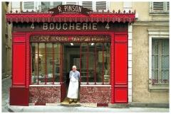 Boucherie Pinson - Français:   M. Roland PINSON sur le pas de sa boutique.  Propriétaire depuis 1957. Fermeture en 2013  Prédécesseur: M. COUTURIER