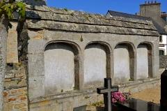 Eglise Saint-Pierre - Français:   Un des ossuaires du cimetière de l\'église Saint-Pierre à Saint-Pol-de-Léon.